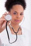 Jeune docteur d'afro-américain avec un stéthoscope. photos stock