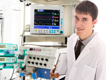 Jeune docteur dans ICU images stock