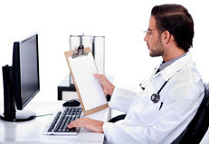 Jeune docteur ethnique regardant médical Photographie stock
