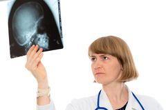 Jeune docteur féminin avec la photographie de rayon X Image libre de droits