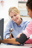 Jeune docteur féminin avec le patient Photographie stock libre de droits
