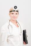 Jeune docteur féminin dans l'uniforme avec le dépliant Images stock