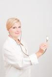 Jeune docteur féminin de sourire avec le stéthoscope Photographie stock