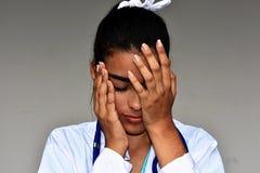 Jeune docteur féminin hispanique déprimé image stock