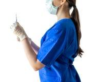 Jeune docteur féminin inconnu dans l'uniforme médical bleu tenant un sy photo stock
