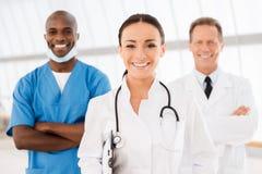 Jeune docteur féminin menant son équipe image libre de droits