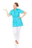 Jeune docteur féminin montrant quelque chose à la main Photo libre de droits