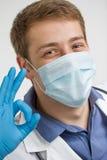 Jeune docteur faisant un signe correct Image stock