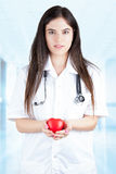 Jeune docteur Gently Holds un coeur photos stock