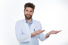 Jeune docteur montrant quelque chose à son patient Image stock