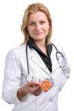 Jeune docteur passant des pillules photo stock