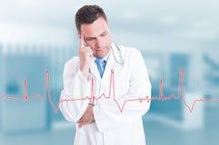 Jeune docteur réfléchi avec le graphique de battement de coeur sur l'écran Photo libre de droits