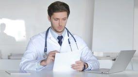 Jeune docteur Reading Medical Report, faisant des écritures banque de vidéos