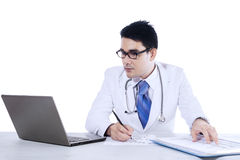 Jeune docteur Writing Notes Images libres de droits