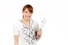 Jeune document asiatique de fichier de recopie de femme d'affaires Image stock