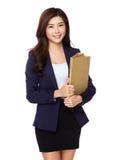 Jeune document asiatique de fichier de recopie de femme d'affaires Images stock