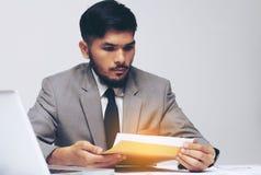 Jeune document de rapport de gestion d'ouverture d'homme d'affaires Image libre de droits