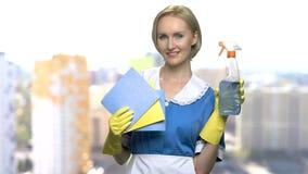 Jeune domestique tenant des chiffons et nettoyant le jet banque de vidéos