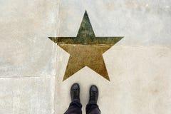 Jeune doué sur la route avec l'empreinte de forme d'étoile Image stock