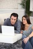 Jeune détente de couples Photo stock