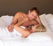 Jeune détente de couples Photographie stock
