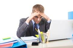 Jeune effort et mal de tête surchargés et accablés de douleur d'homme d'affaires Photos stock