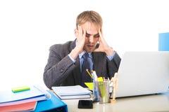 Jeune effort et mal de tête surchargés et accablés de douleur d'homme d'affaires Photographie stock