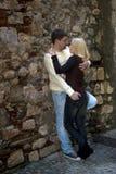 Jeune embrassement de couples images libres de droits