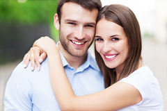 Jeune embrassement de couples Photo libre de droits