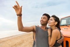 Jeune embrassement de sourire de couples Image libre de droits