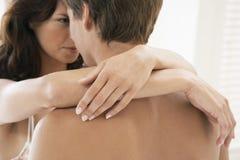 Jeune embrassement passionné de couples Photos libres de droits