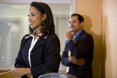 Jeune employé de bureau afro-américain avec le gestionnaire photo libre de droits
