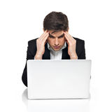 Jeune employé de bureau avec l'ordinateur portable ayant la tension Photos stock