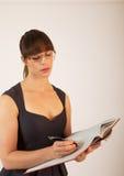 Jeune employé de bureau féminin attirant Image stock