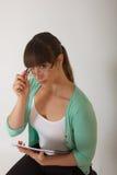 Jeune employé de bureau féminin attirant Images libres de droits