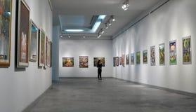 Jeune en Art Museum Photographie stock