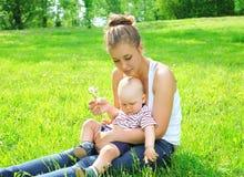 Jeune enfant de mère et de fils Photographie stock
