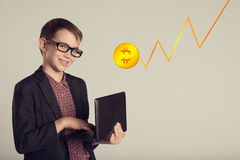 Jeune enfant de sourire d'affaires dans un costume et des lunettes tenant l'ordinateur portable dans des ses mains Jeune homme re images libres de droits