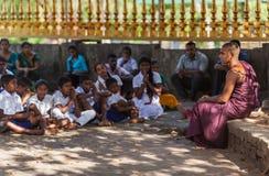 Jeune enseignement du ` s de Bouddha sous le bodhi-arbre image stock