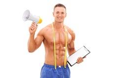 Jeune entraîneur de forme physique tenant un mégaphone Images libres de droits