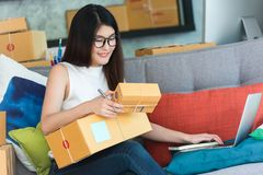 Jeune entrepreneur asiatique de femme, travail d'entrepreneur d'adolescent à image stock