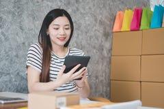 Jeune entrepreneur asiatique de femmes travaillant dans un siège social photos stock