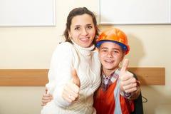 Jeune entrepreneur avec la mère dans le bureau Ok image stock