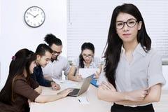 Jeune entrepreneur féminin et son équipe Photographie stock