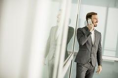 Jeune entrepreneur réussi d'hommes à l'aide du téléphone portable extérieur photo libre de droits