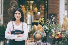 Jeune entrepreneur sûr Flower Shop Store images libres de droits