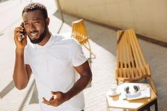 Jeune entrepreneur sûr ayant une conversation tendue photo stock