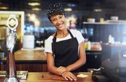 Jeune entrepreneur souhaitant la bienvenue chaud d'affaires Photographie stock libre de droits