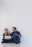 Jeune entreprise, couple travaillant sur l'ordinateur portable au bureau Photo libre de droits