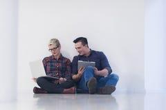 Jeune entreprise, couple travaillant sur l'ordinateur portable au bureau Photo stock